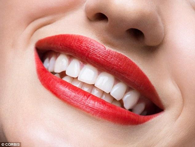 طرق طبيعيه لتبييض الأسنان في المنزل
