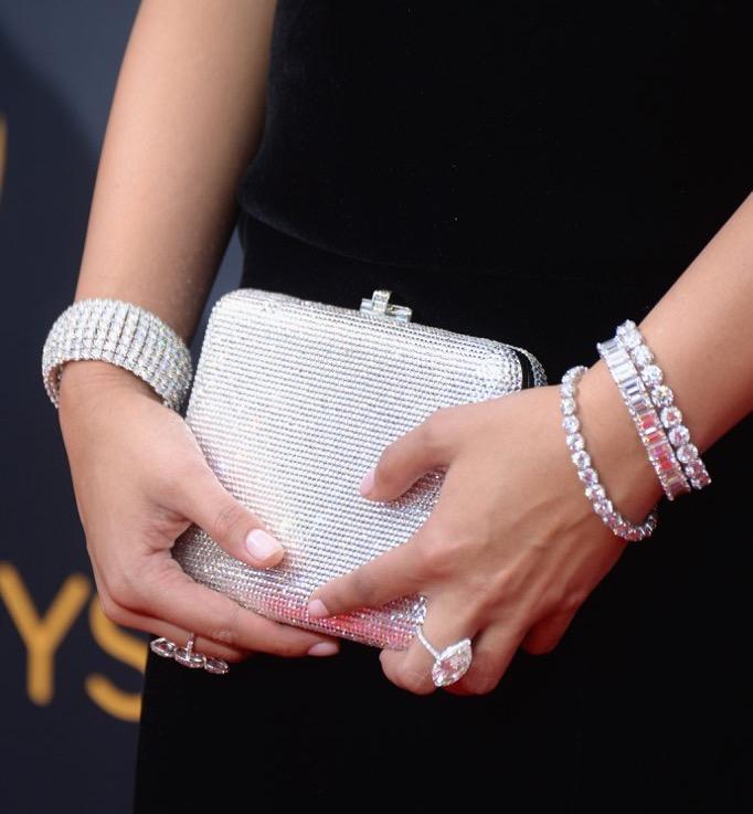 المجوهرات التي تقلدها النجوم في حفل إيمي على السجاده الحمراء