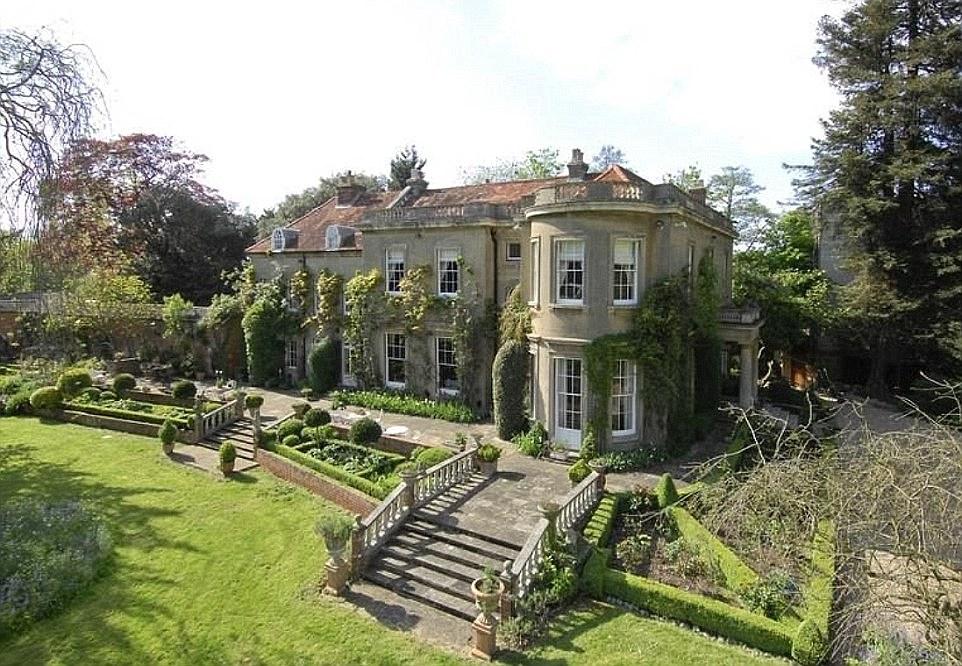 جولة في منازل جورج وأمل كلوني،كل منزل قصر يحكي قصة رفاهية مختلفة
