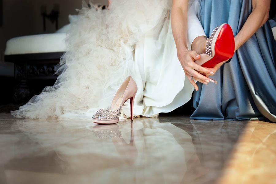 الطريقة الأفضل لتوسيع الحذاء الجديد وجعله يناسب قدمك تماما