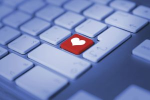 3 454923389 300x200 كيف يمكن أن ينجح الحب عن طريق الانترنت
