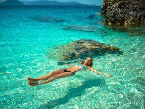 girl swimming 300x225 تعرف إلى الفوائد المدهشة للسباحة