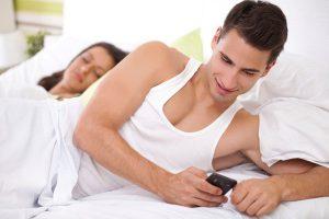 phone image 1 cell phones infidelity 300x200 تعاملي مع غيرته بشكل ذكي