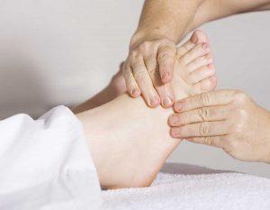 أسباب تورم القدمين وطرق علاجه 300x233 نصائح فعالة للتخلص من تورم القدمين