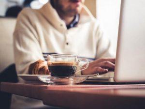 رجل لابتوب قهوة 0 300x225 ما هي الحالات التي يمنع فيها شرب القهوة