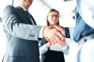 business handshake 300x200 كيف تكون لبقاً في التعارف