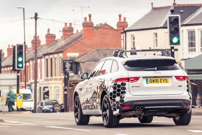 """""""جاكوار لاند روڤر"""" تطلق تقنية متطورة لحل مشكلة تؤرق السائقين منذ 150 عاماً"""