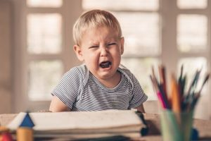 menino chorando 300x200 هذه العادات لطفلك تدل على شيءٍ من عاداتك