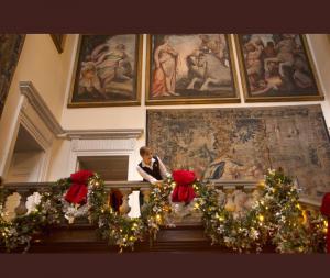 IMG 20181207 200128 300x253 زينة الميلاد داخل قصر باكنغهام. ومليون مصباح زينة شوارع لندن لعام 2018