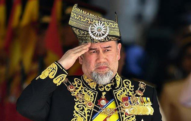 ملك ماليزيا يتنازل عن العرش و خبر حمل زوجته ملكة جمال روسيا