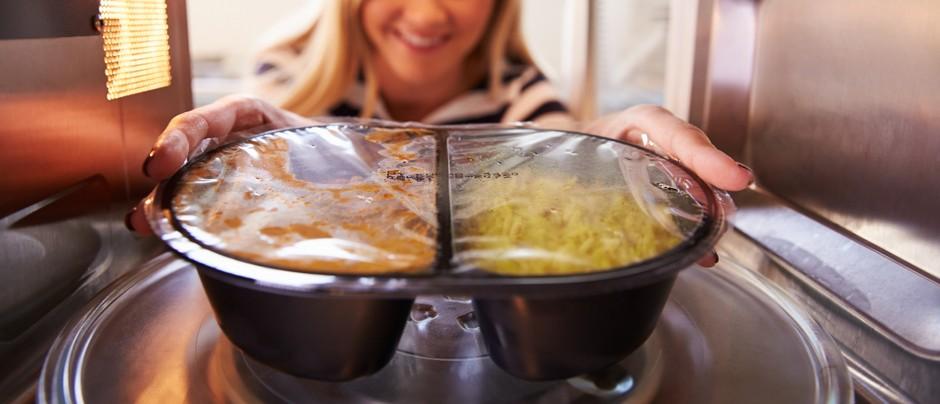 هل يدمر طعام الميكروويف محتواه الغذائي؟