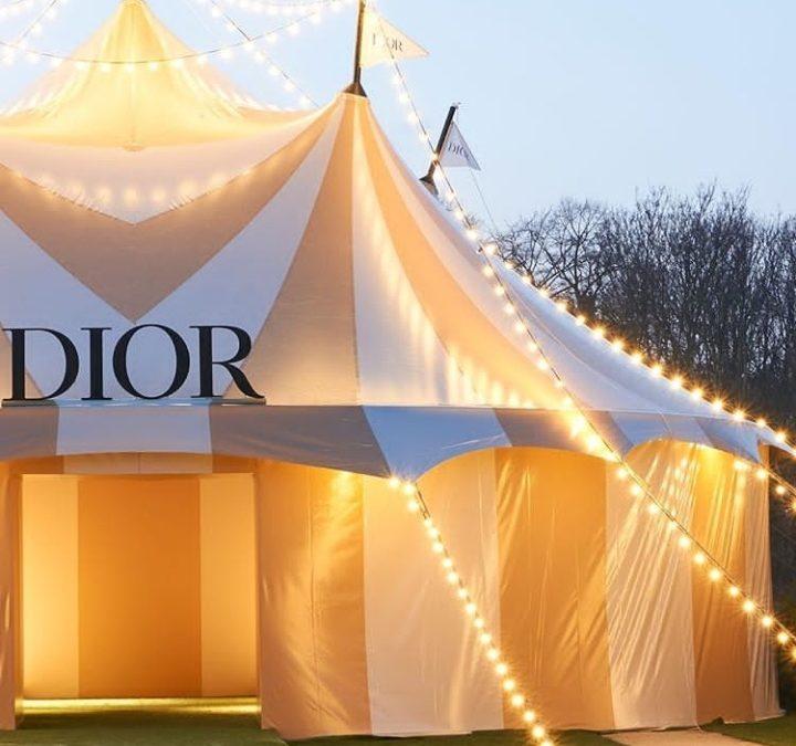 السيرك في أول يوم من اسبوع الموضة في باريس في خيمة كريستيان ديور