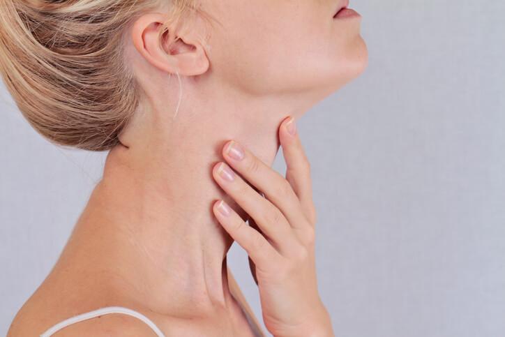 أعراض فرط نشاط الغدة الدرقية , و ما هو العلاج الشافي ؟