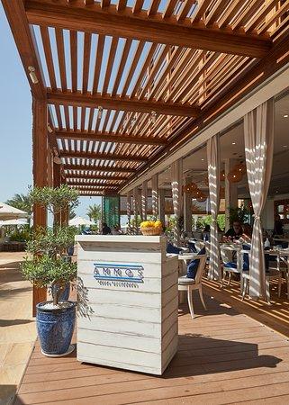 أموس اكتشف الضيافة اليونانية الشهية في دبي
